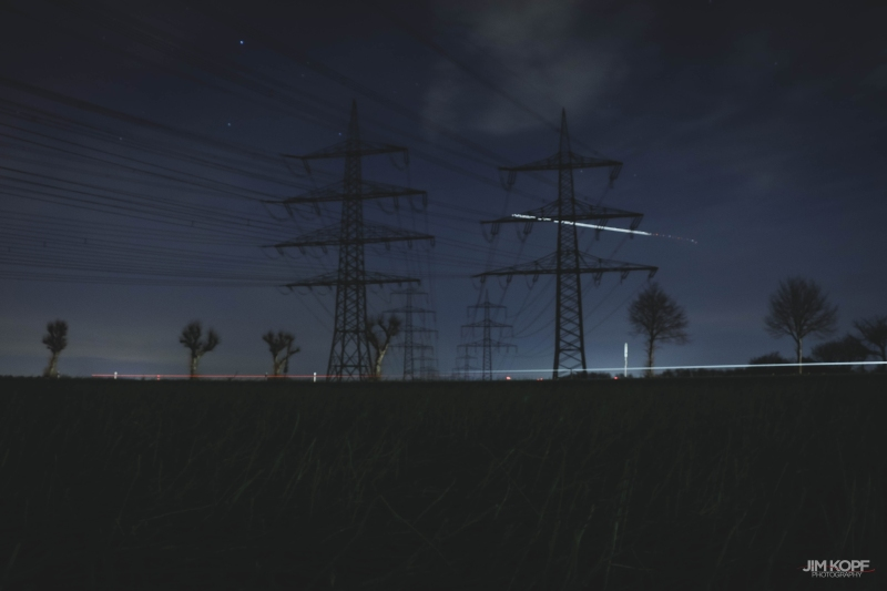 strommasten_feld_langzeit_belichtung_nacht_jim_kopf