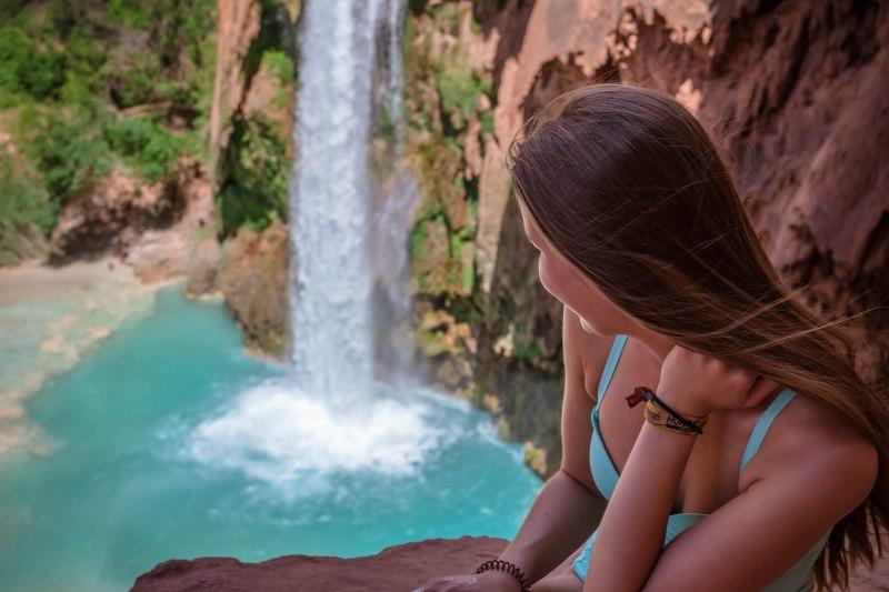 Junge Frau an den Havasu Falls im Grand Canyon