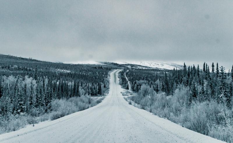 Auf dem Dalton Highway fahren im Winter