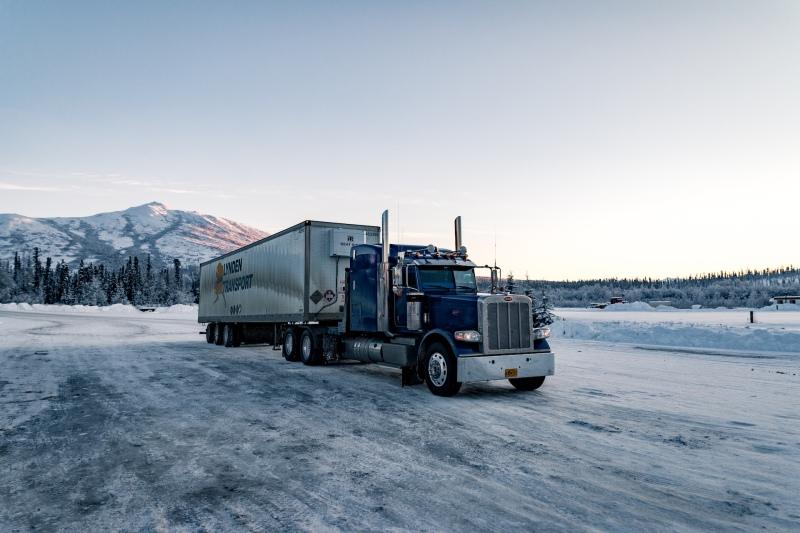 Ein Truck auf dem Dalton Highway in Alaska