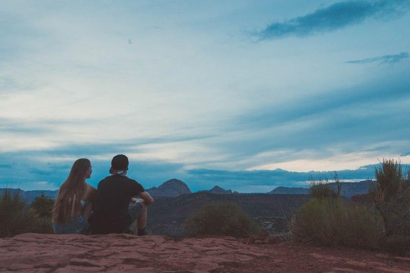 Pärchen auf dem Cathedral Rock im Sedona Nationalpark