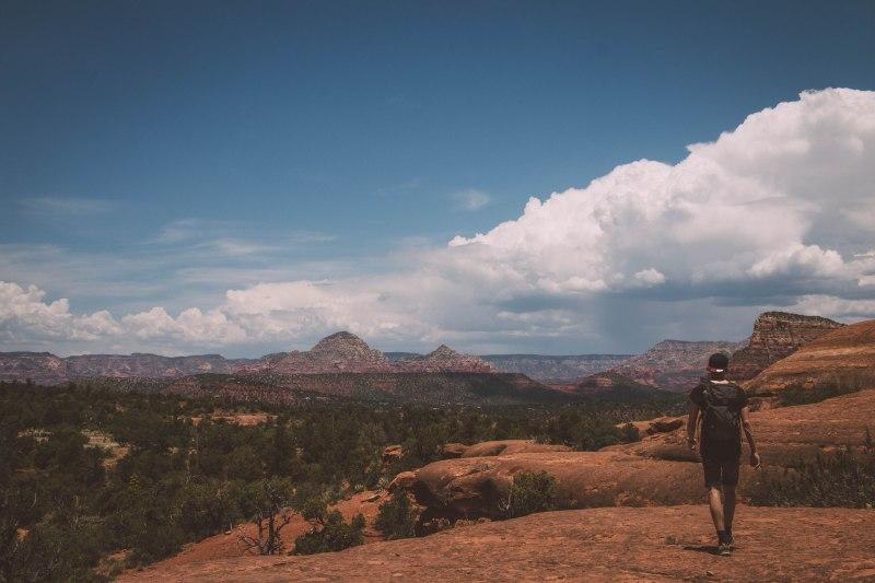 Junger Mann im Sedona Nationalpark