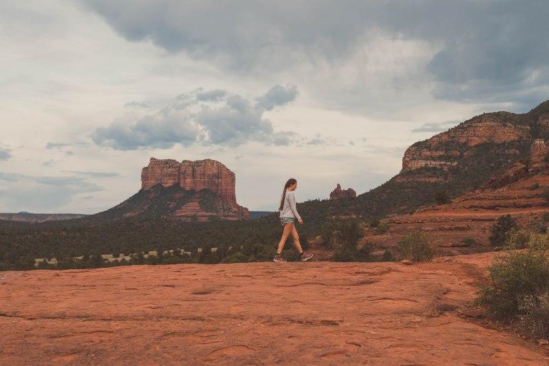 Junge Frau wandert im Sedona National Park in den USA