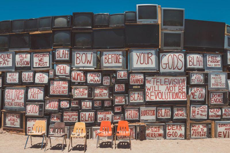 Fernseher mit Gesellschaftskritik in Slab City, Kunst