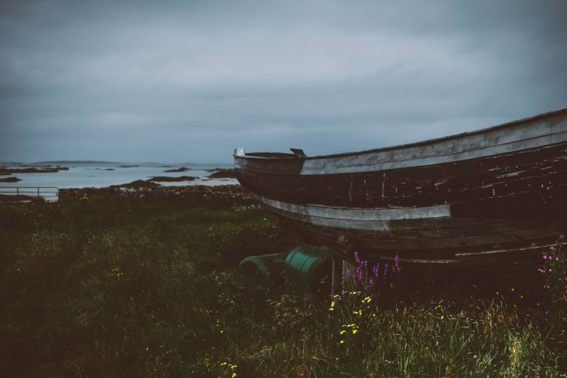 Wrack von einem Boot am Meer in Irland