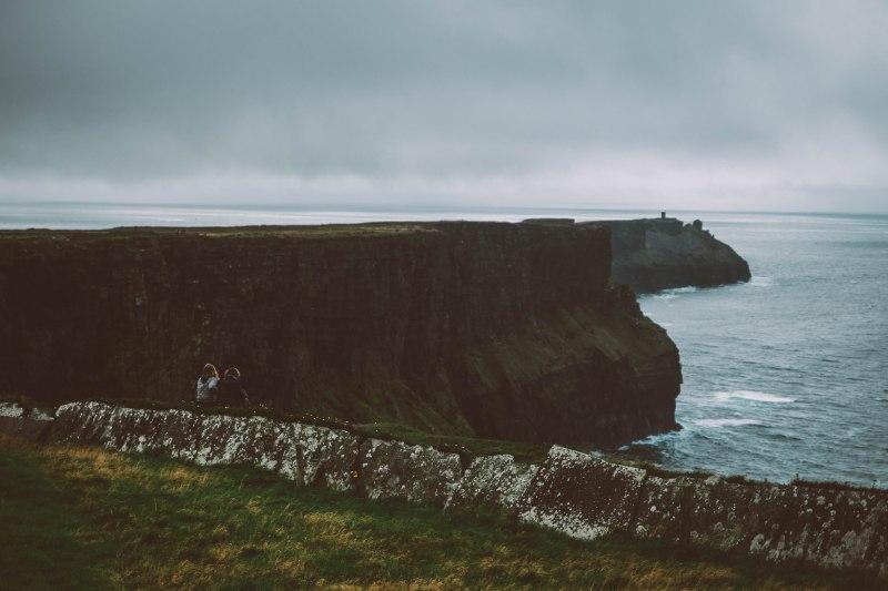 Tochter und Mutter an den Cliffs of Moher an der Küste Irlands