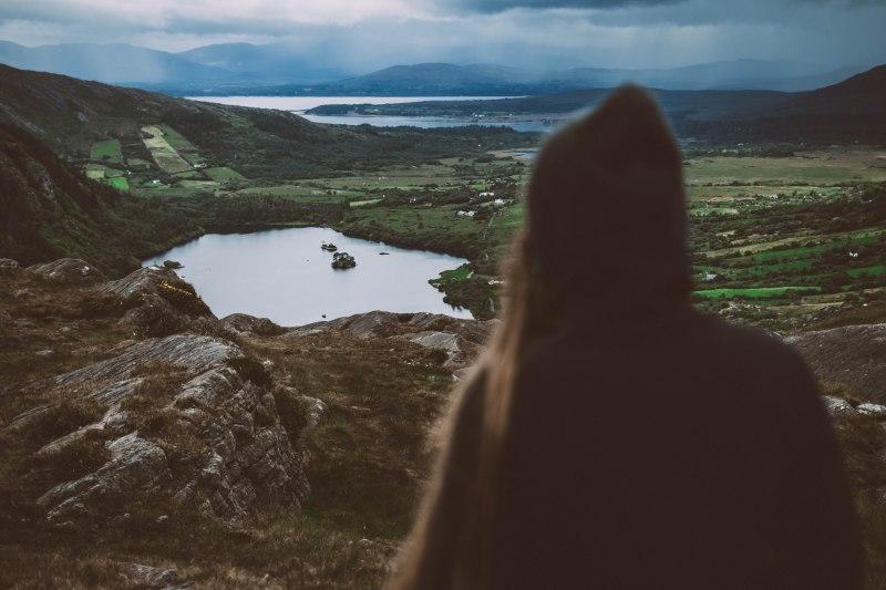 Junge Frau in der Landschaft in Irland