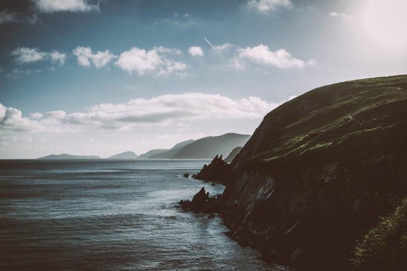 Die raue Küste Irlands am Meer