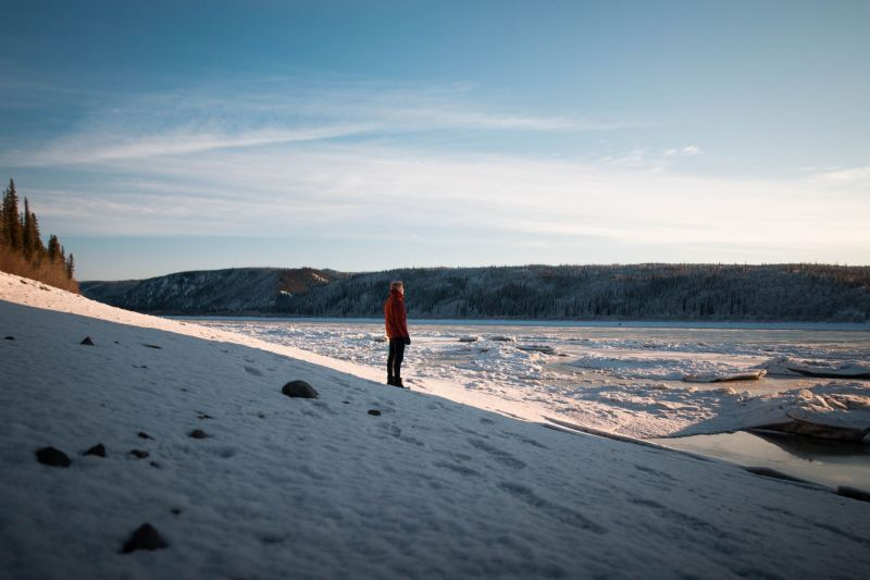 Junger Mann alleine in der Natur in Alaska im Winter