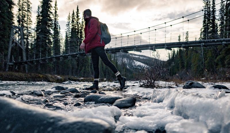 junger Mann in Alaska auf Reise in der Natur